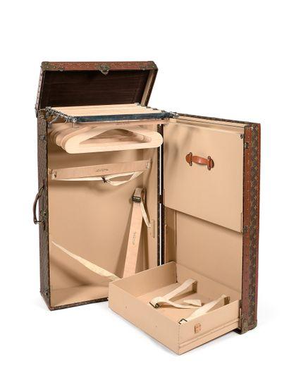 路易-威登(LOUIS VUITTON  衣物箱  木质,内衬模版LV Monogram帆布,榉木板条,棕色罗纹边框上有LV的字样。...