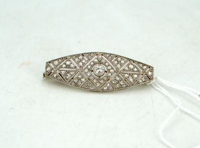 Broche en or blanc centrée d'un diamant....