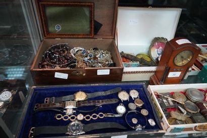 Important lot d'objets de vitrine et objets...