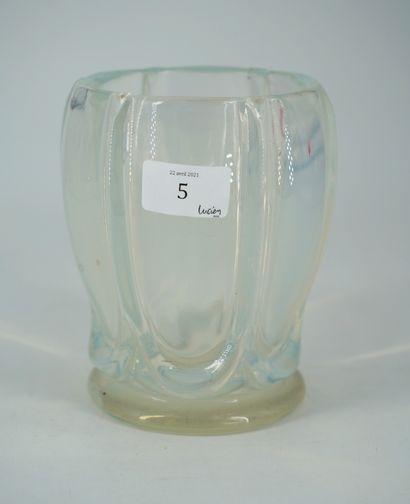 Dans le goût de SABINO, vase ovoïde en verre...