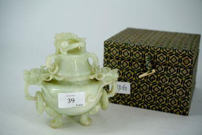 Petit pot couvert en jadéite sculptée à décor...