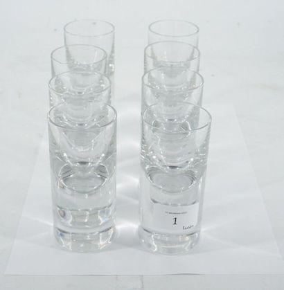 BACCARAT, huit verres à liqueur en cristal....