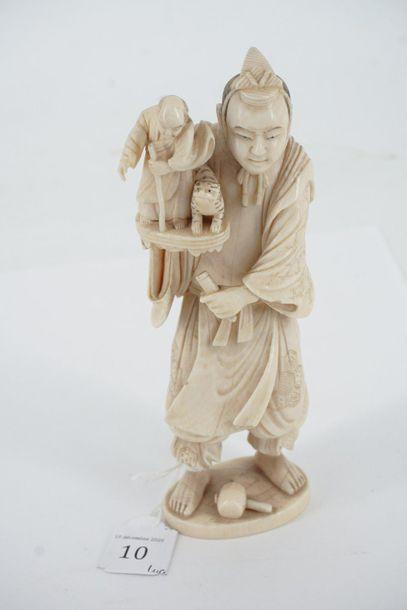Un okimono en ivoire sculpté représentant...
