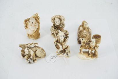 Cinq nestukés en ivoire : trois personnages...