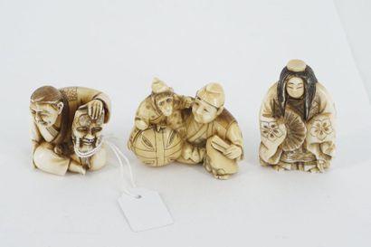 Trois netsukés en ivoire : personnage assis...