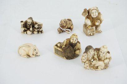 Six netsukés en ivoire : personnage à l'eventail,...