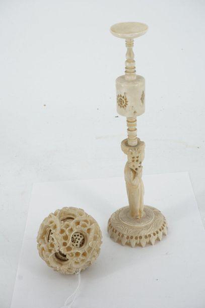 Boule en ivoire sculpté à décor de dragon,...
