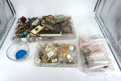 Lot de bijoux fantaisie, soldats de plomb,...