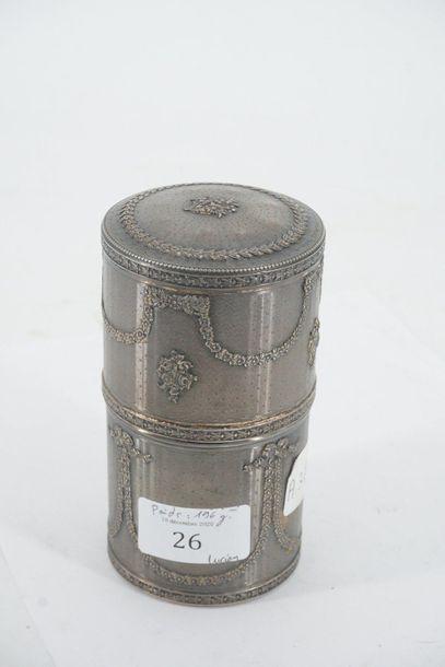 Boîte cylindrique en argent à décor ciselé...