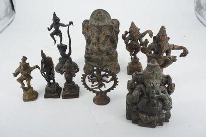 Réunion de 9 divinités asiatiques en bronze...