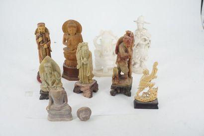 Réunion de petites figurines asiatiques en...