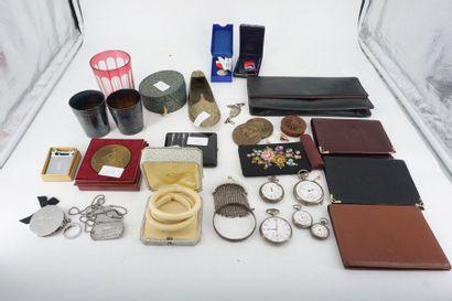 Un lot comprenant : montres de gousset, plaques...