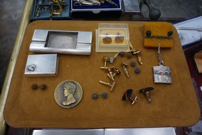 Lot de bijoux fantaisie et objets de vitrine...
