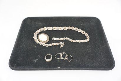 * Lot de bijoux fantaisie : colliers, montre...