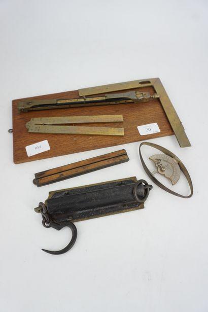 Lot d'instruments de mesure en laiton.