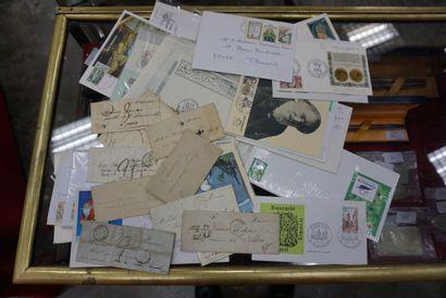 Lot d'enveloppes et timbres en vrac.