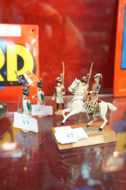 Lot de cinq soldats de plomb : un cavalier...