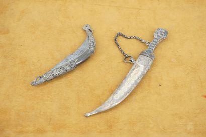 Deux coupe-papiers en forme de couteau d'Afrique...