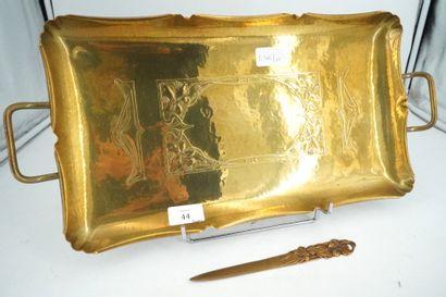 Plateau en cuivre doré à décor d'entrelacs...