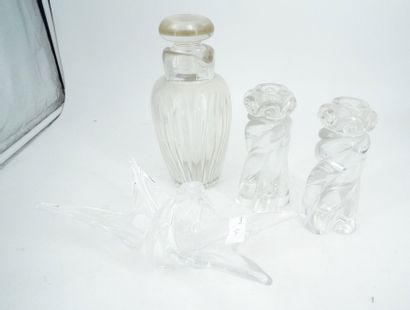 BACCARAT, paire de bougeoirs en cristal moulé,...