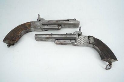 Deux pistolets en bois et métal chromé à...