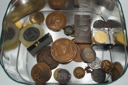 Lot de médailles en bronze, cuivre, métal...