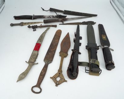 Lot de dagues, couteaux, ouvre-lettre.