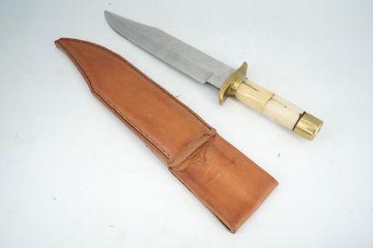 Couteau de chasse, le manche en corne, étui...