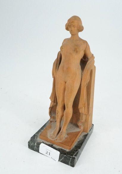 Statuette en bois sculpté figurant une femme...