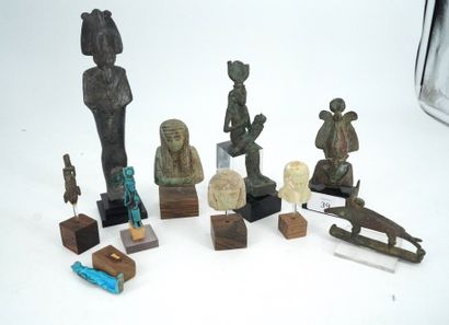 Réunion d'objets égyptiens dans le goût de...