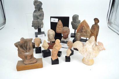 Réunion de 19 sujets en terre cuite, pierre...