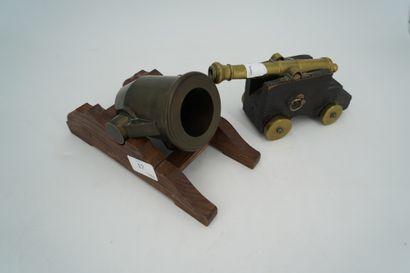 Deux canons miniatures en bronze ou laiton...