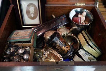 Coffret en bois comprenant un ensemble d'objets...