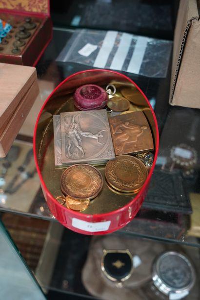 Réunion de médailles en métal et bronze comprenant...