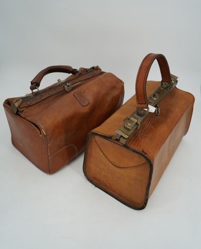 Deux mallettes de médecin en cuir