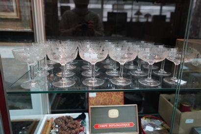 SAINT-LOUIS, suite de 24 coupes à champagne...