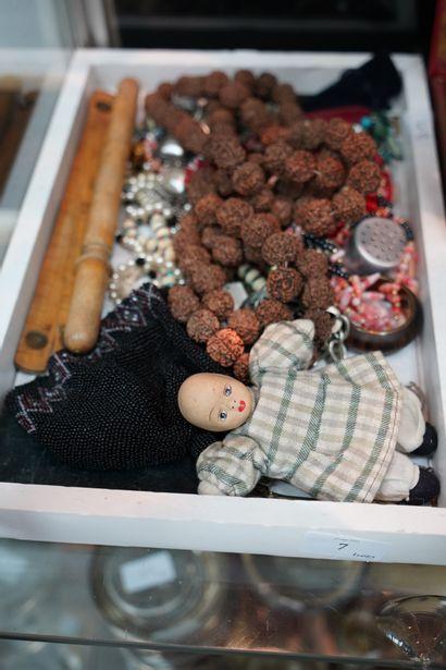 Lot de bijoux fantaisie, petite poupée, règle...
