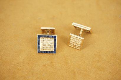 Paire de boutons de manchettes de forme carrée en or 18K incrustés de pierres de...