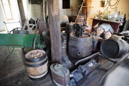 Ensemble de matériel de vigneron : bariques,...