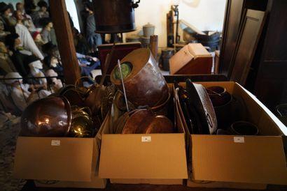 Lot de cuivre : arroseoir, chaudron, ustensiles,...