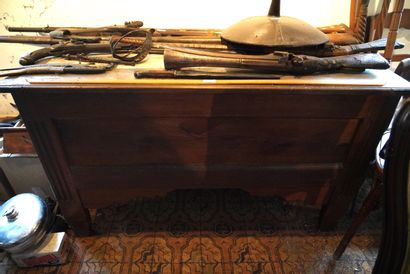 Maie rustique en bois mouluré, lot de chaises...