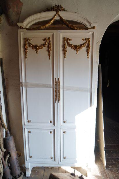 Miroir triptyque en bois peint et bronziné,...