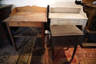 Lot de meubles dont une table de toilette...