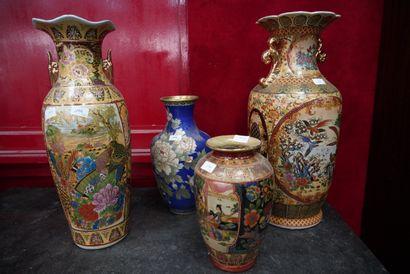 * Réunion de quatre vases en porcelaine,...