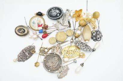 Réunion de bijoux fantaisie anciens : épingles...