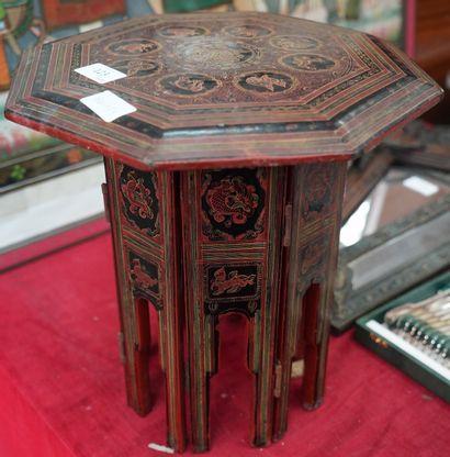 Petite table en bois laqué, le piètement...