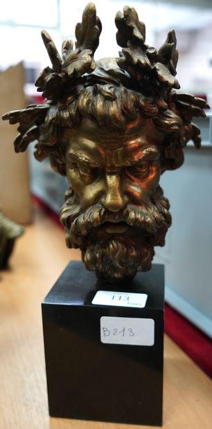 Tête d'homme barbu coiffé d'une couronne...