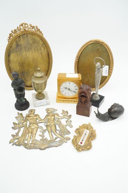 Réunion d'objets de vitrine : pendulette,...