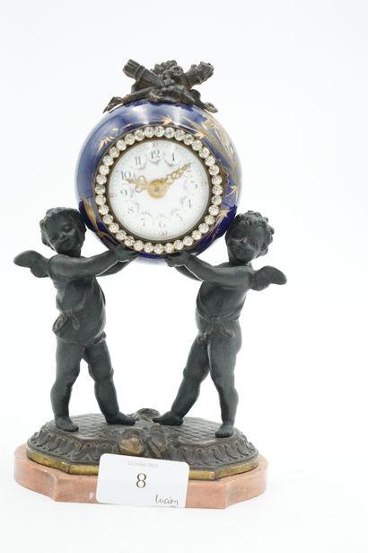 Pendulette en bronze et porcelaine, le cadran...