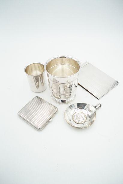 Lot d'objets en métal argenté comprenant...
